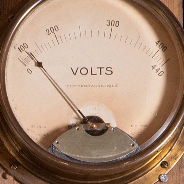 Ancien Voltmètre440 V à cadran et aiguille déco usine