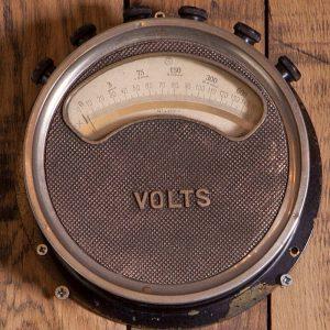 Authentique Voltmètreancien pour une décoration vintage orignale