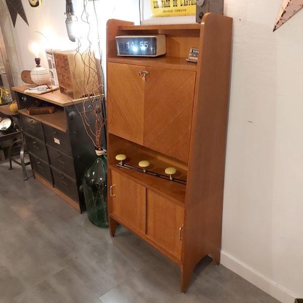 Secrétaire vintage aux dimensions idéales pour les petites espaces.