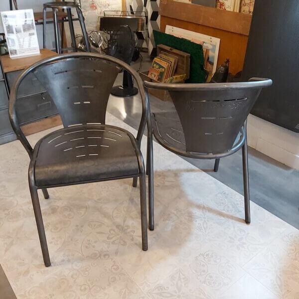 chaise accoudoir acier décapée patine noire look industriel